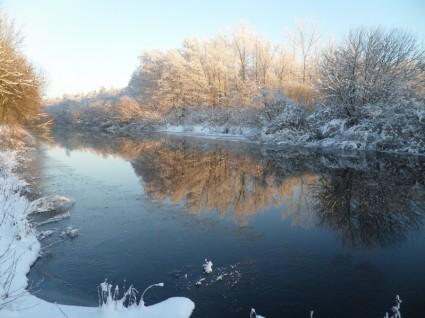ziema upe sniegas